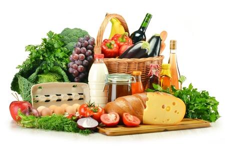 mimbre: Tiendas de comestibles en cesta de mimbre incluyendo vegetales, frutas, panadería y productos lácteos y vino aislados en blanco