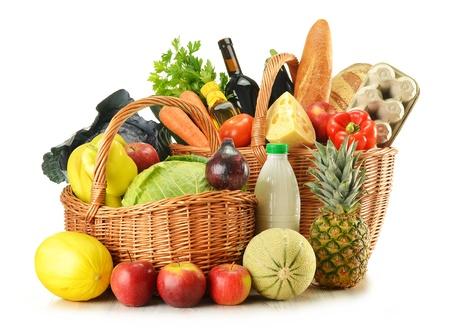 pan y vino: Tiendas de comestibles en cesta de mimbre aislado en blanco
