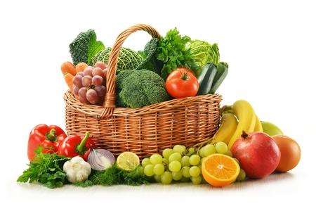 canastas con frutas: Composición con verduras y frutas en canasta de mimbre aislado en blanco Foto de archivo