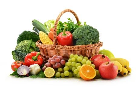 Composition avec des légumes et des fruits dans le panier en osier isolé sur blanc