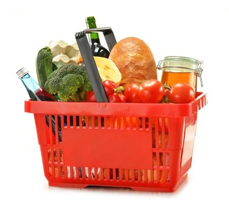comida rica: Composición con la cesta de compras y aislado en blanco