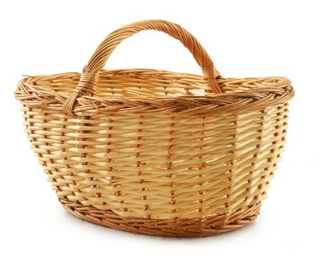 košík: Prázdný proutěný koš izolovaných na bílém