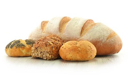 Composición con pan y los bollos en la canasta de mimbre aislado en blanco