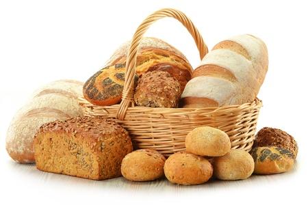 canasta de pan: Composición con pan y los bollos en la canasta de mimbre aislado en blanco
