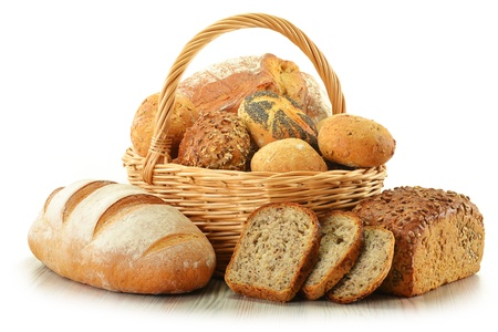 canasta de pan: Composición con pan y bollos en el cesto de mimbre aislado en blanco