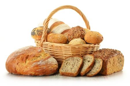 canasta de panes: Composici�n con pan y bollos en el cesto de mimbre aislado en blanco