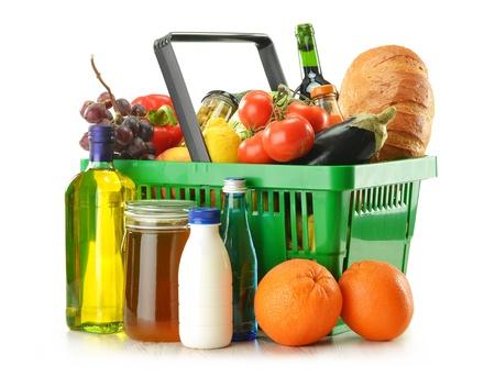 Grüne Warenkorb mit verschiedenen Produkten, darunter Lebensmittelgeschäfte Gemüse, Obst und Wein isoliert auf weiß