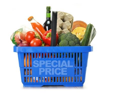 canasta de panes: Composici�n con la cesta de compras y aislado en blanco