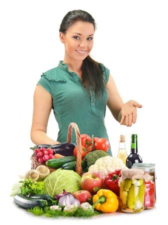 encurtidos: Mujer joven con la variedad de productos alimenticios aislado en blanco