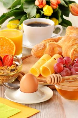 커피, 롤, 계란, 오렌지 주스, 뮤 즐리, 치즈와 함께 아침 식사 스톡 콘텐츠