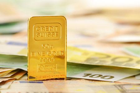 european union currency: Composici�n de oro de barras y billetes en euros moneda de la Uni�n Europea Editorial