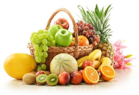 canasta de frutas: Composici�n con una variedad de frutas en canasta de mimbre aislado en blanco
