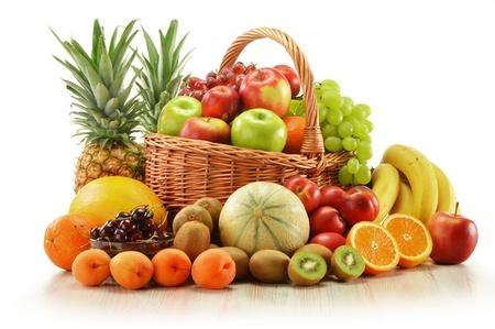 corbeille de fruits: Composition avec fruits assortis en panier d'osier isol� sur blanc