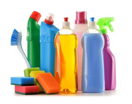 productos quimicos: Botellas de detergente aislados en blanco