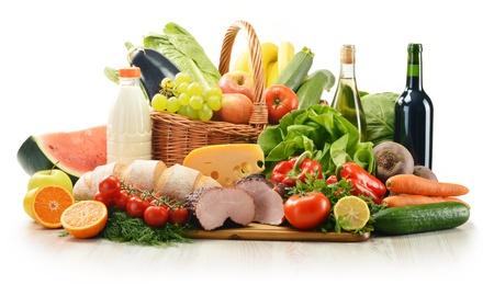 abarrotes: Composici�n con variedad de productos comestibles incluyendo vegetales, frutas, carne, productos l�cteos y el vino