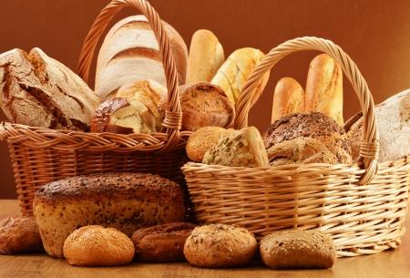 canasta de pan: Composición con pan y bollos en la cesta de mimbre