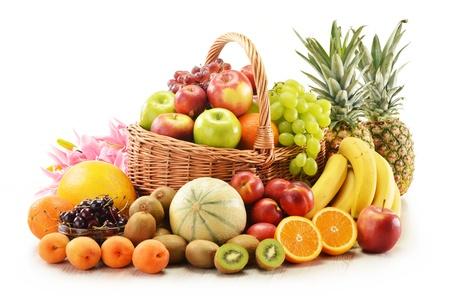 Samenstelling met diverse vruchten in rieten mand op wit wordt geïsoleerd Stockfoto