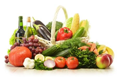canastas de frutas: Las frutas y verduras en la cesta de mimbre aislada en blanco