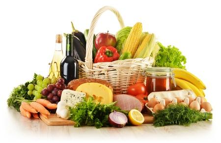 mimbre: Composici�n de comestibles en cesta de mimbre sobre la mesa de la cocina