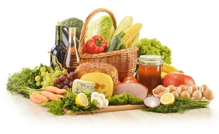 alimentacion balanceada: Composición de comestibles en cesta de mimbre sobre la mesa de la cocina