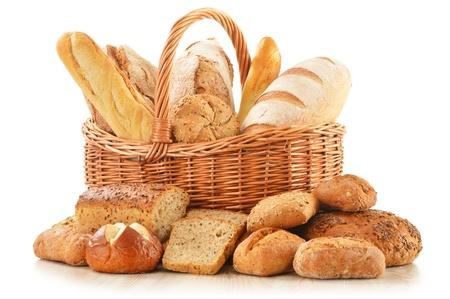Composition avec du pain et des petits pains dans le panier en osier isolé sur blanc