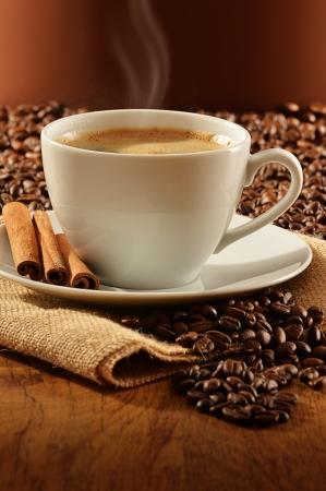 tazas de cafe: Composici?n con taza blanca de caf?