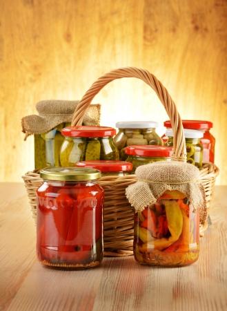 encurtidos: Composición con los tarros de alimentos vegetales marinados en vinagre