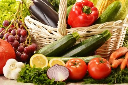 canastas de frutas: Las frutas y verduras en la cesta de mimbre