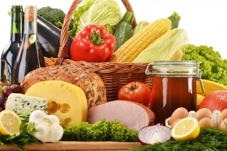 mercearia: Composi��o com mantimentos na cesta de vime na mesa da cozinha