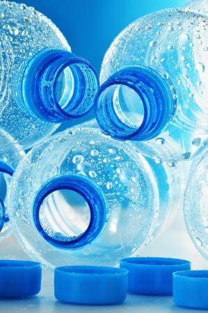botellas vacias: Composición con botellas vacías de plástico de policarbonato de agua mineral