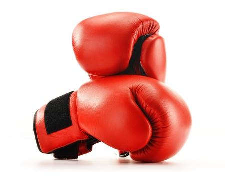 guantes: Par de cuero rojo guantes de boxeo aislados en blanco