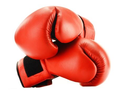 guantes de box: Un par de guantes de boxeo de cuero rojo aislado en blanco