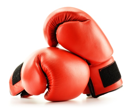 guantes de boxeo: Par de cuero rojo guantes de boxeo aislados en blanco