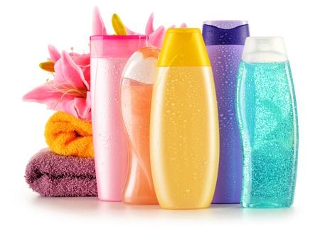 Composici?n con botellas de pl?stico de cuidado corporal y productos de belleza