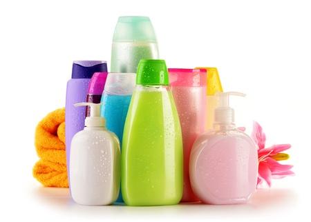 productos de belleza: Composición con botellas de plástico de cuidado corporal y productos de belleza