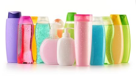 productos de belleza: Composici�n con botellas de pl�stico de cuidado corporal y productos de belleza