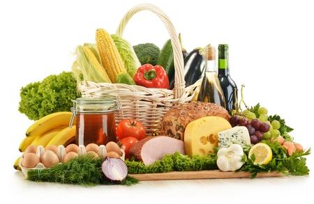 queso blanco: Composición de comestibles en cesta de mimbre sobre la mesa de la cocina