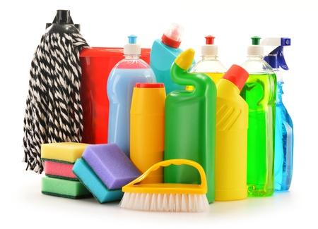 desinfectante: Botellas de detergente aislados en blanco suministros de limpieza química aislada en blanco