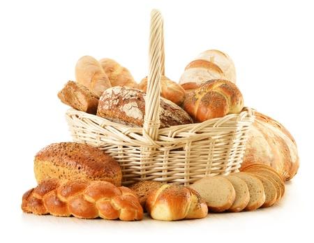 canasta de pan: Composici�n con pan y bollos aislados en blanco Foto de archivo