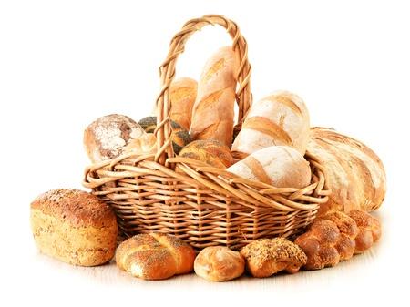canasta de pan: Composición con pan y bollos en la cesta de mimbre aislada en blanco