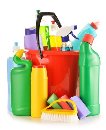 productos quimicos: Botellas de detergente aislados en blanco suministros de limpieza química aislada en blanco