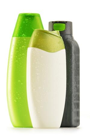 champú: Composición con botellas de plástico de cuidado corporal y productos de belleza