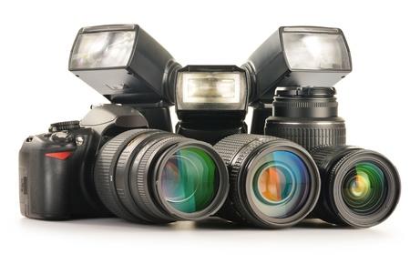 Komposition mit Fotoausrüstung einschließlich Zoom-Objektive, Kamera und Blitz leuchtet auf weißem