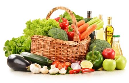 alimentacion balanceada: Composición con verduras crudas en la cesta de mimbre aislada en blanco