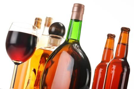 botella de licor: Surtido de bebidas alcohólicas aisladas en blanco