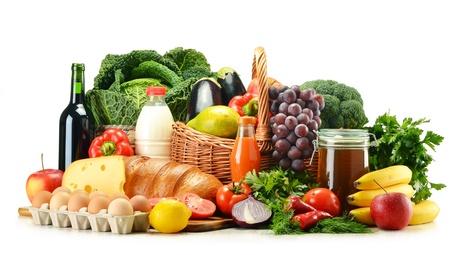 alimentacion balanceada: Productos comestibles como verduras, frutas, l�cteos, pan y bebidas aisladas en blanco Foto de archivo