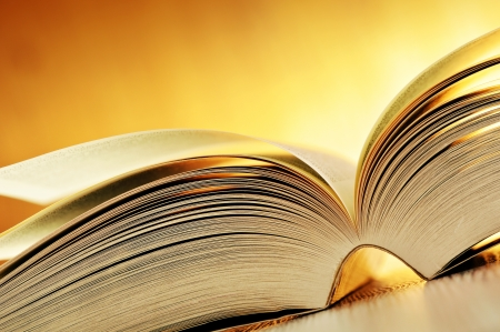 poezie: Samenstelling met boek op de tafel