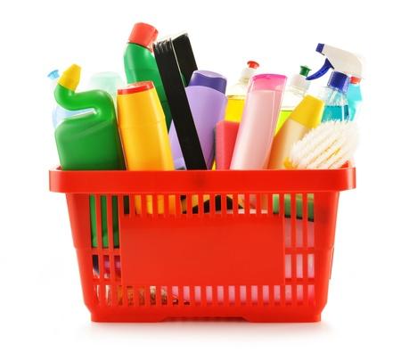 lavar platos: Cesta con las botellas de detergentes y productos de limpieza químicos aislados en blanco