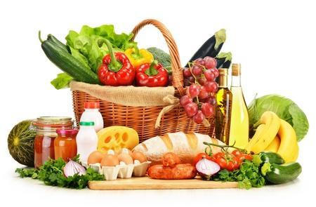 Prodotti alimentari assortiti tra cui verdure frutta vino pane latte e carne isolato su bianco