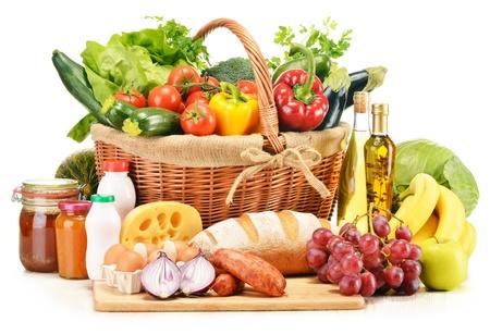 cesta de frutas: Productos comestibles variados como verduras frutas vino de pan de carne y leche aislados en blanco